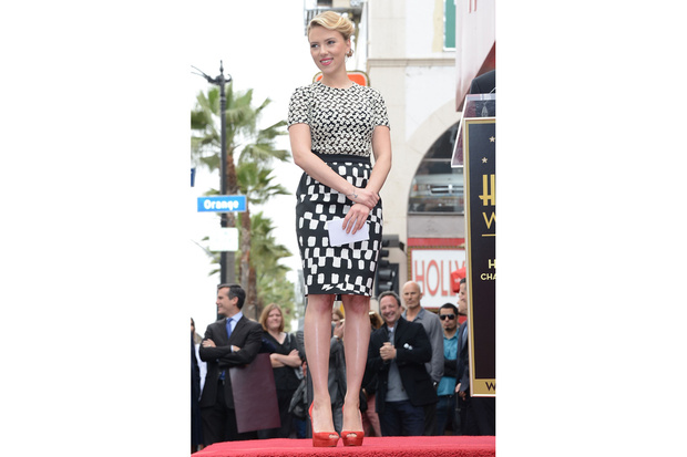 scarlett-johansson-pencil-skirt_hg_temp2_s_full_l